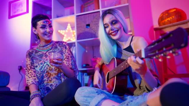 vidéos et rushes de fête de filles - couleur fluo