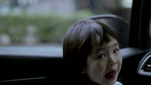Meisjes spelen in auto 's
