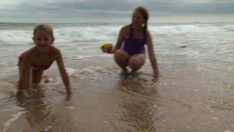 vídeos y material grabado en eventos de stock de girls playing in the surf - vea otros clips de este rodaje 1156