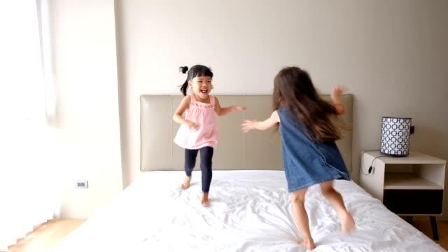 ベッドで遊ぶ女の子 - 裸足点の映像素材/bロール