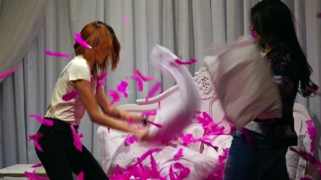 vídeos y material grabado en eventos de stock de niñas jugando almohada pelear en casa - rivalidad
