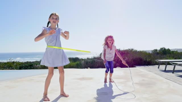 vídeos de stock e filmes b-roll de girls playing - corda de saltar