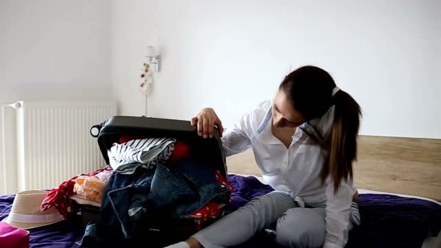 女性問題に梱包 - 片付いた部屋点の映像素材/bロール