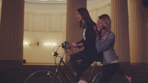 vídeos y material grabado en eventos de stock de chicas en bicicleta por la noche - amigos