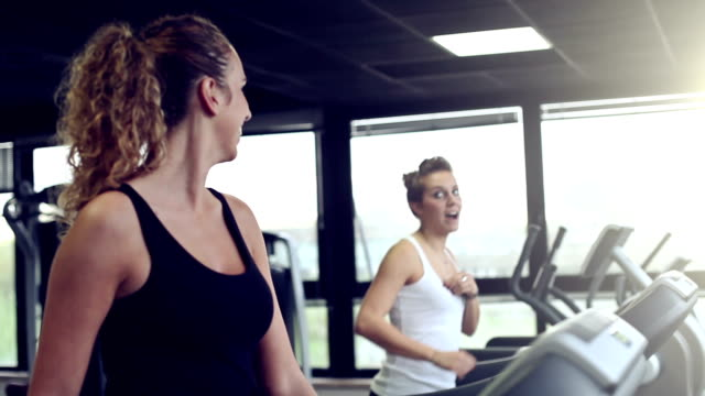 vidéos et rushes de filles courir sur tapis de course - joggeuse