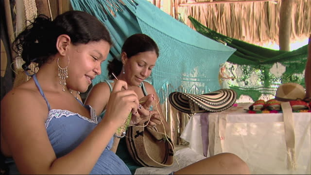 vídeos de stock e filmes b-roll de ms zo girls sitting and sewing / colombia - mill