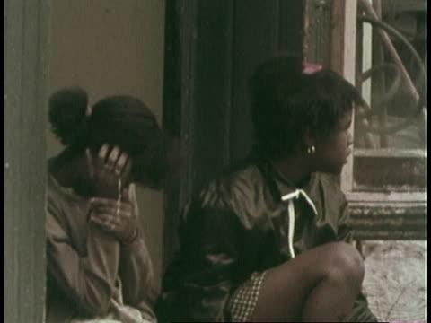 vídeos de stock, filmes e b-roll de girls sitting in doorway / boys playing in an alley - gueto