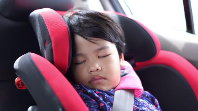 車の座席で寝ている女の子 - 車内点の映像素材/bロール