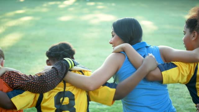 mädchenfußballteam und trainer stehen zusammen - multi ethnic group stock-videos und b-roll-filmmaterial