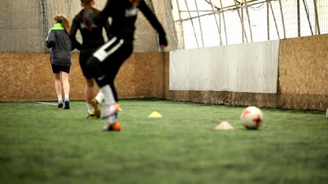 vídeos y material grabado en eventos de stock de equipo de fútbol de las niñas en la práctica - fémina