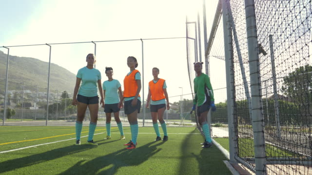 girls soccer team practising - geköpft stock-videos und b-roll-filmmaterial