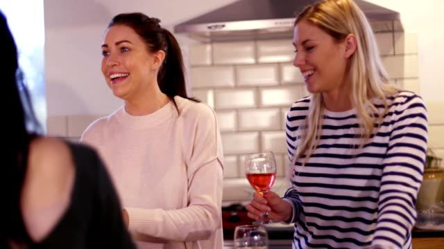 Mädchen, die Geselligkeit in der Küche