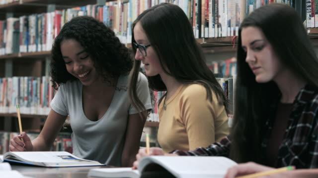 vídeos de stock e filmes b-roll de girls studying for a test - livraria