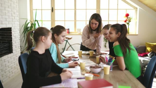 vidéos et rushes de filles étudiant ensemble sur la classe privée avec le professeur de dame - cours de mathématiques