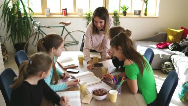 vidéos et rushes de filles étudiant ensemble sur la classe privée avec le professeur de femme - cours de mathématiques