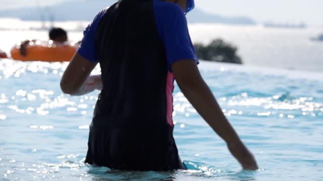 slo mo girls schwimmen im pool - freibad stock-videos und b-roll-filmmaterial