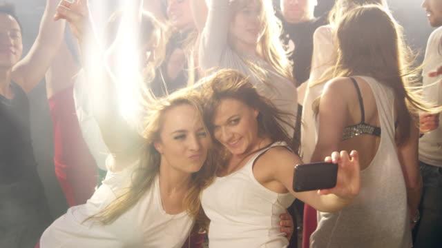 vídeos de stock e filmes b-roll de meninas tirar fotografias em disco - dança de discoteca