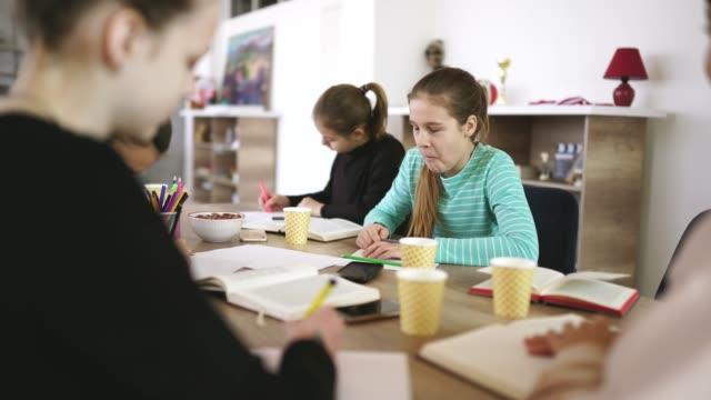 vidéos et rushes de filles ensemble sur la classe privée avec le professeur de dame - cours de mathématiques