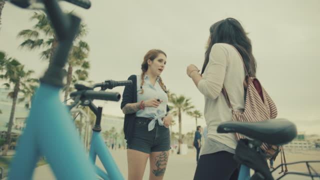 vídeos de stock e filmes b-roll de raparigas a relaxar juntos na cidade - porto de barcelona
