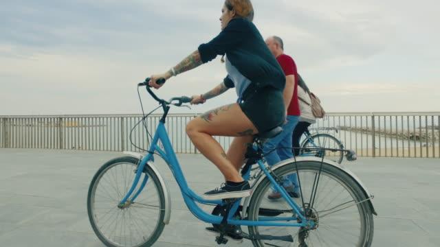 vídeos de stock e filmes b-roll de meninas em bicicletas na cidade porte - porto de barcelona