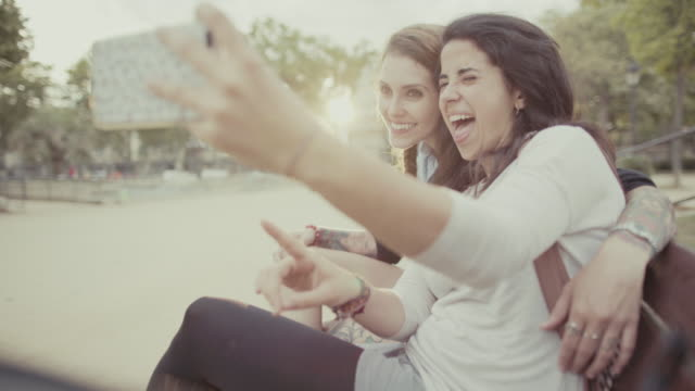 Mädchen zusammen ein selfie und Lachen