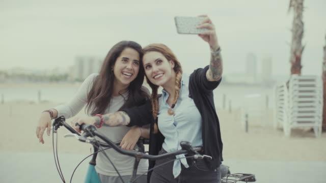 Mädchen zusammen ein selfie auf Fahrrädern