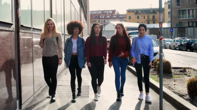 girls together - punto di vista frontale video stock e b–roll
