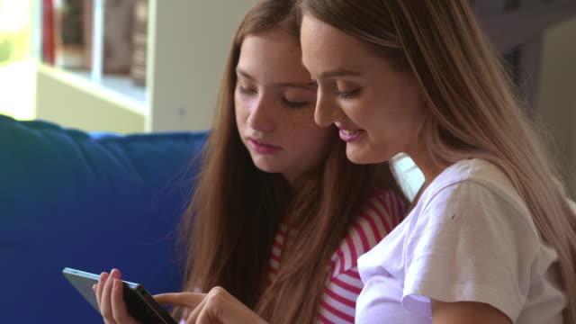 自宅で携帯電話を使用する女の子 - 子守り点の映像素材/bロール
