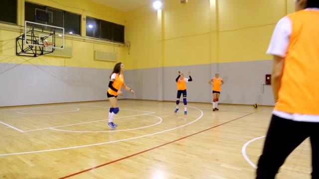 mädchen-volleyball-team - volleyball spielball stock-videos und b-roll-filmmaterial