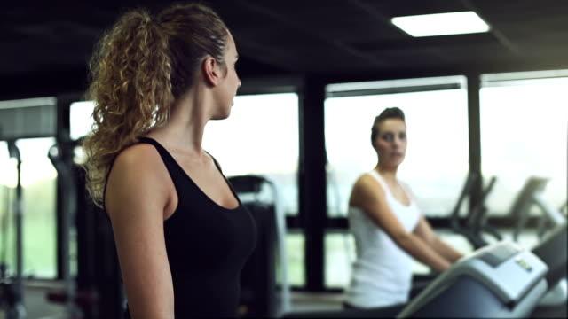 vídeos y material grabado en eventos de stock de chicas caminando en la máquina trotadora - corredora de footing