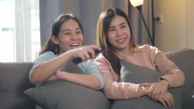stockvideo's en b-roll-footage met meisjes die films samen thuis letten - arts culture and entertainment