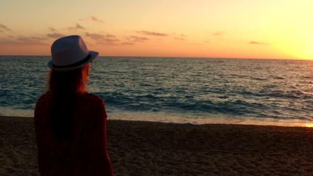 Flickor solnedgången över havet