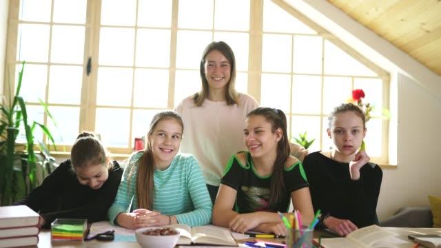 vidéos et rushes de filles avec leur professeur de jeune femme dans l'école privée - cours de mathématiques