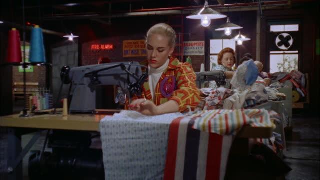 ms girls working at sewing machines - 仕立て屋点の映像素材/bロール
