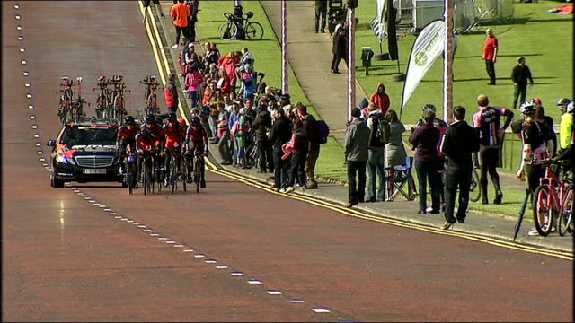 giro d'italia 2014 belfast practice session northern ireland belfast ext spectators / high angle view of cyclists along / general views of cycling... - titanic belfast stock videos & royalty-free footage