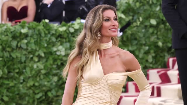 vídeos de stock, filmes e b-roll de gisele bündchen and tom brady at heavenly bodies fashion the catholic imagination costume institute gala at the metropolitan museum of art on may 07... - 2018
