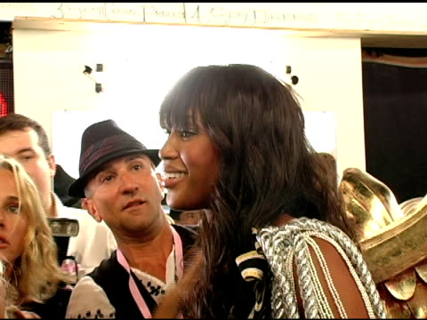 stockvideo's en b-roll-footage met gisele bundchen and naomi campbell at the 10th victoria's secret fashion show backstage at the armory in new york new york on november 9 2005 - 2005