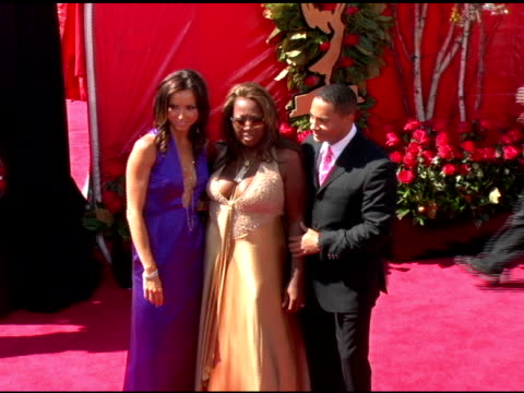 vídeos y material grabado en eventos de stock de giuliana depandi, star jones and patrick stinson at the 2006 primetime emmy awards arrivals at the shrine auditorium in los angeles, california on... - premio emmy anual primetime