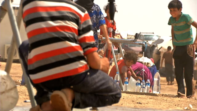 uae give a help for iraqi refugees who are living in camp during a water crisis - isil konflikt stock-videos und b-roll-filmmaterial