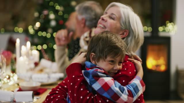 vidéos et rushes de fais un câlin à grand-mère ! - affectueux