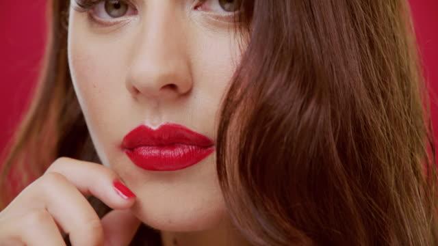 gib mir roten lippenstift und ich könnte die welt regieren - model stock-videos und b-roll-filmmaterial
