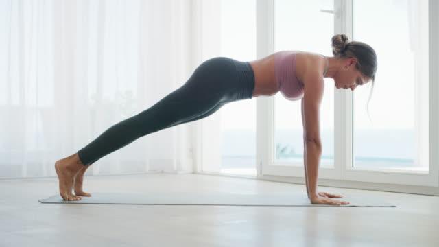 geben sie ihrem körper yoga - pilates stock-videos und b-roll-filmmaterial