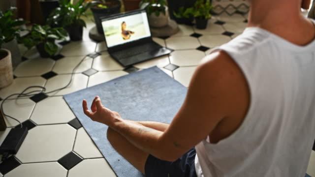 geben sie sich die gabe der geführten meditation - gebetsposition stock-videos und b-roll-filmmaterial