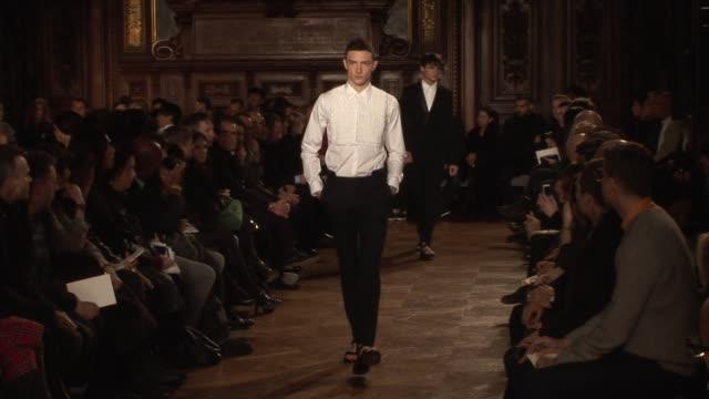 stockvideo's en b-roll-footage met givenchy men's fashion paris at the givenchy paris men's fashion a/w 2010 at paris - herfst winter collectie