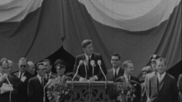 jfk gives his i am a berliner speech - john f. kennedy politik stock-videos und b-roll-filmmaterial