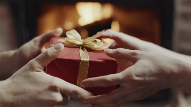 schenken sie ein geschenk! - austauschen stock-videos und b-roll-filmmaterial