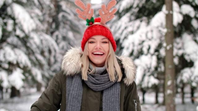 vídeos y material grabado en eventos de stock de giving christmas present/debica/poland - accesorio de cabeza