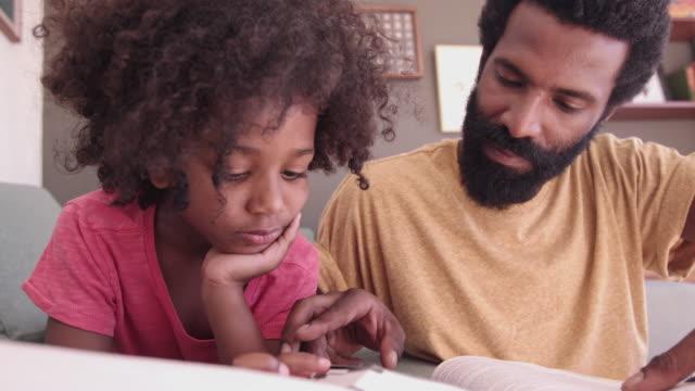 vídeos de stock, filmes e b-roll de dando-lhe o dom da leitura - lendo