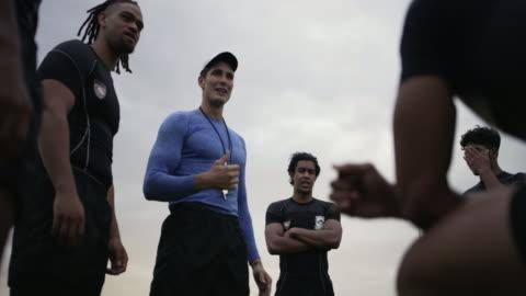 stockvideo's en b-roll-footage met het geven van zijn team richting en motivatie die ze nodig hebben om te winnen - athleticism