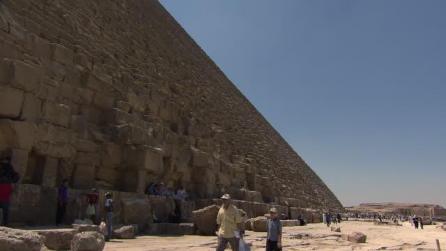 giza pyramids - people sitting on steps - ピラミッド点の映像素材/bロール